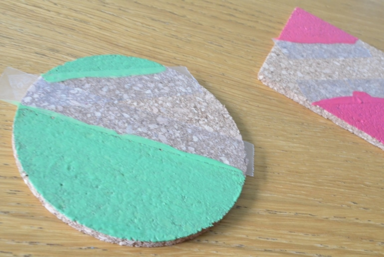 Peindre des sous-verres en liège - fruits graphiques