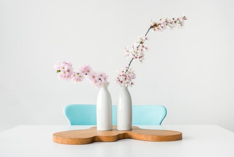 Mettre des fleurs de printemps à la maison